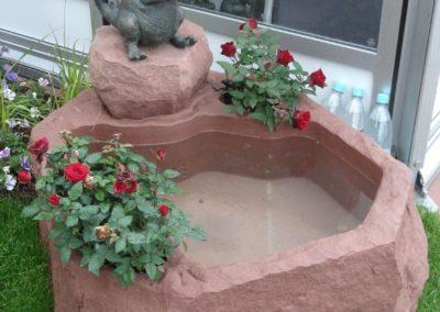 Brunnen mit Bronzefigur Drusilla Wasser- und Blumenkombination ca. 85cm x 65cm x 40cm H