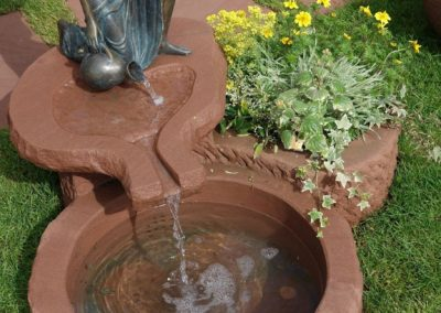 Brunnen mit Bronzefigur Letizia Wasser- und Blumenkombination ca. 90cm x 60cm x 26-35cm H