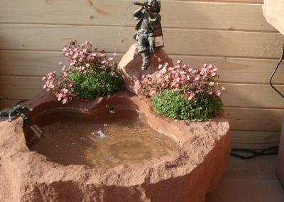 Brunnen rustikal mit Bronzefigur Fabio Wasser- und Blumenkombination ca. 70cm x 65cm x 20cm H