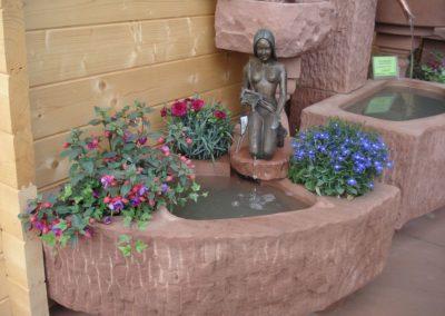 Eckbrunnen mit Bronzefigur Noelle Wasser- und Blumenkombination ca. 70cm x 70cm x 20cm