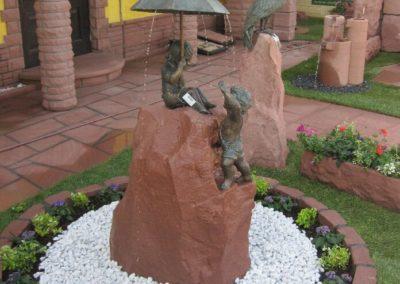 Findling mit Bronzefigur Luzie & Lasse Oase-Becken D= 1,25m inkl. Kieselsteine und Beeteinfassungssteine