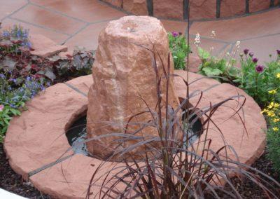 Kleiner Findling mit Becken D= 60cm und Abdeckplatten rustikal D= ca. 1,00m