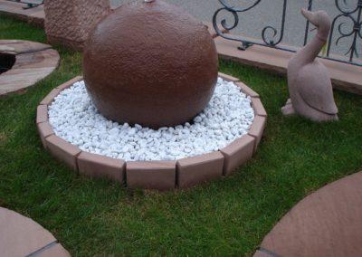 Kugelbrunnen gestockt D= 50 mit Oase Becken, D= 80cm, Kieselsteine und Beeteinfassungssteine