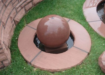 Kugelbrunnen mit Kugel glatt D= 30cm und Becken D= 60cm sowie Abdeckplatten Gesamt D= ca. 1,00m