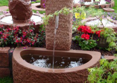 Massivbrunnen halbrund gespitzt ca. 90cm x 60cm x 35cm H