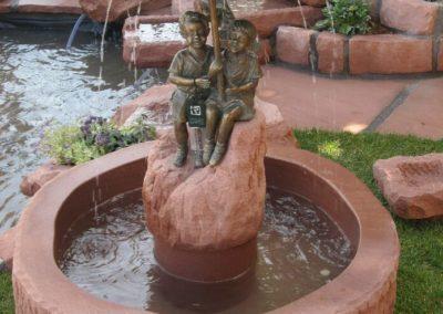 Massivbrunnen mit Bronze Schirmpärchen mini Wassertrog altdeutsch D= ca. 80cm x 30cm H
