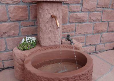 Massivbrunnen mit Pflanznische und Bronze-Frosch