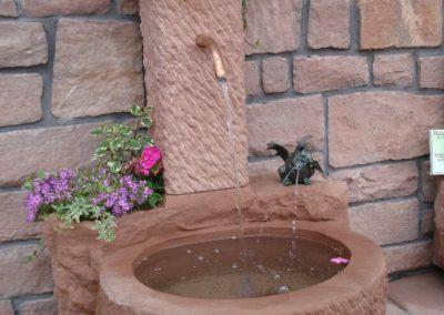 Massivbrunnen mit Pflanznischen und Bronzefigur Missy