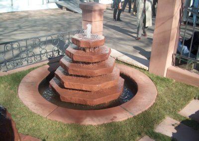 Rustikale Pyramide Groß mit Becken D= 1,50m und Abdeckplatten Gesamt D= ca. 2,00m