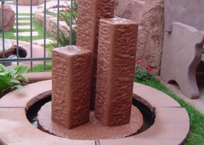 Säulenbrunnen Groß eckig gespitzt Säulenhöhen 60, 50, 40 mit Becken D= 1,20m und Abdeckplatten Gesamt D= ca. 1,70m