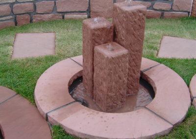 Säulenbrunnen eckig gespitzt klein Säulenhöhen 55, 45, 35 mit Becken D= 60cm und Abdeckplatten Gesamt D= ca. 1,00m