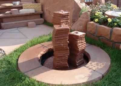 Säulenbrunnen klein geschwungen Säulenhöhen 55, 45, 35 mit Becken D= 60cm und Abdeckplatten Gesamt D= ca. 1,00m
