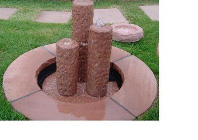 Säulenbrunnen klein rund gespitzt Säulenhöhen 55, 45, 35 mit Becken D= 60cm und Abdeckplatten Gesamt D= ca. 1,00m