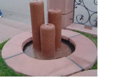 Säulenbrunnen klein rund gestockt Säulenhöhen 55, 45, 35 mit Becken D= 60cm und Abdeckplatten Gesamt D= ca. 1,00m