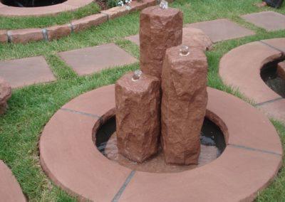 Säulenbrunnen klein rustikal Säulenhöhen 55, 45,35 mit Becken D= 60cm und Abdeckplatten Gesamt D= ca. 1,00m