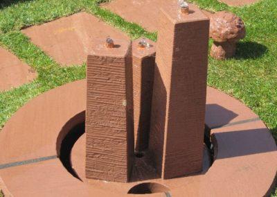 Säulenbrunnen konisch scharriert Säulenhöhen 55, 45, 35cm mit Becken D= 60cm und Abdeckplatten Gesamt D= ca. 1,00m
