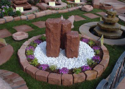 Säulenbrunnen rustikal mit Oase Becken D= 1,00m sowie Kieselsteine und Beeteinfassungssteine