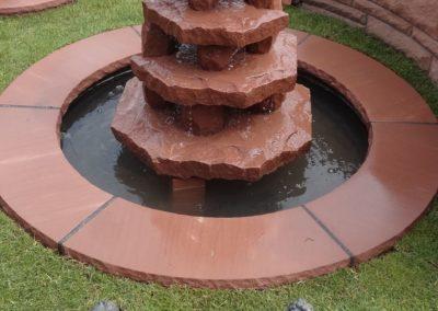Wasserspiel Brynhild mit Becken D= 1,20 und Abdeckplatten Gesamt D= ca. 1,70m