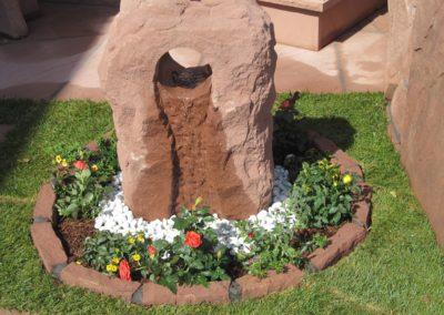 Wasserstein Rustikal mit Oase Becken D= 60cm inkl. Kieselsteinen und Beeteinfassungsssteine Gesamt D= ca. 1,10m