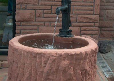 Wassertrog altdeutsch mit Handschwengelpumpe aufsitzend D=90cm x 50cm H