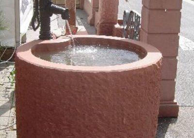 Wassertrog gespitzt mit Handschwengelpumpe freihstehend