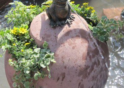 k-Bronzefigur Foschkönig Ratomir auf Kugel mit Nischen für Blumen