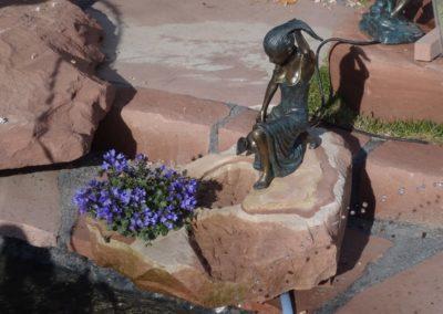 k-Bronzefigur Letizia klein 35cm H mit Blumenkombination