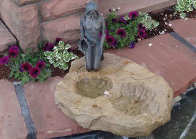 k-Bronzefigur Noelle klein 35cm H auf Sandstein Gelb