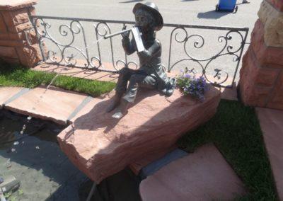 k-Bronzefigur Toni groß 46cm H auf Findling