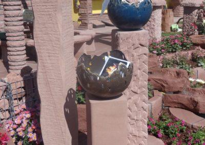 k-Sandsteinstelen mit Bronze-Feuerschalen Stehlen 1,20m geschwungen, 90cm gespitzt, 60cm glatt Ecken Gerundet