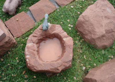 k-Vogeltränke rund geschlagen mit Bronzevogel